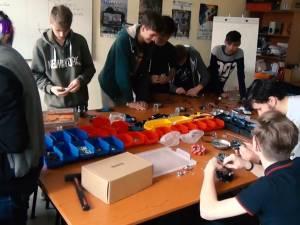 """O echipă de elevi ai Colegiului """"Petru Rareş"""" luptă în cea mai mare competiţie de robotică"""