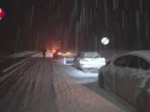 Trafic dat peste cap pe drumurile naționale și în Suceava, unde călătorii au înghețat în stațiile de autobuz