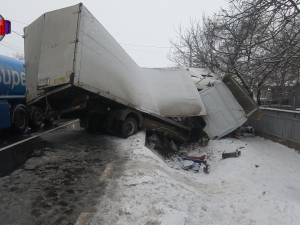 Accidente în lanţ pe şosele, odată cu ninsoarea. Un om a murit după coliziunea dintre două vehicule grele