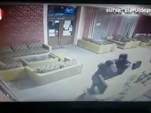 Barmaniță atacată și tâlhărită în miez de noapte