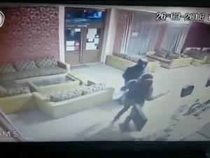 Scene de coșmar pentru o barmaniță, atacată și tâlhărită în miez de noapte