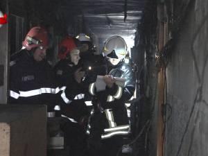 Panică şi oameni evacuaţi, după un incendiu provocat intenţionat într-un bloc de garsoniere din Burdujeni