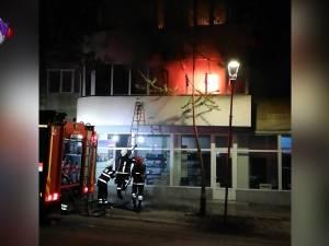 Panică în centrul Sucevei, după ce un apartament a luat foc din cauza unei țigări care a fost lăsată aprinsă
