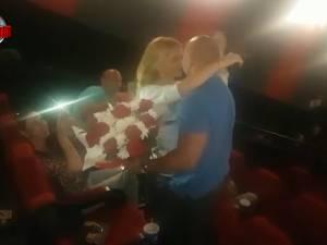 Un tânăr sucevean și-a cerut iubita de soție la cinema