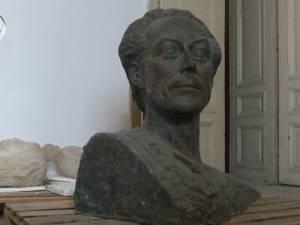 """Un bust în bronz al """"pictorului Bucovinei"""", George baron Lowendal, abandonat în spaţiile de depozitare ale Muzeului Bucovinei"""