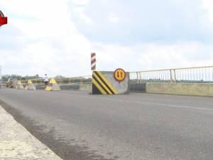 Podul de peste râul Suceava de la Vereşti se frânge de la mijloc şi pune în pericol siguranţa traficului