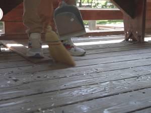Tineri care au făcut mizerie pe spaţiul public, puşi să facă curat, cu mătura şi făraşul