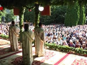 Șase ierarhi, un sobor impresionant de preoți și zeci de mii de pelerini şi localnici, la procesiunea de Sânziene