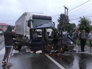 Accident deosebit de grav, după ce o camionetă a derapat și a intrat într-un tir