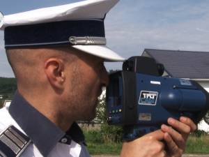 """Poliţiştii îi """"ochesc"""" pe şoferi cu încă două radare pistol de ultimă generaţie"""