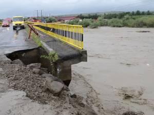 Zeci de curţi şi case inundate, drumuri rupte şi poduri avariate