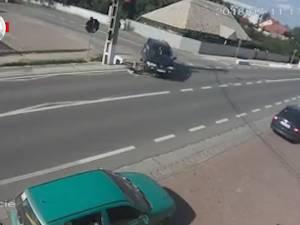 """Mopedist """"încălecat"""" de maşina condusă de un şofer neatent"""