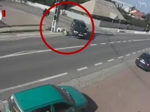 Un mopedist lovit de o maşină s-a ales cu dosar penal pentru trei infracţiuni
