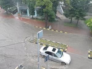 Străzile și trotuarele din centrul Sucevei, acoperite de ape, în urma unei ploi torențiale