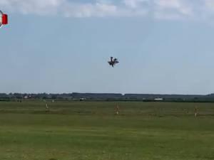Două avioane s-au acroşat şi s-au prăbuşit de la o înălţime de 300 de metri pe Aerodromul din Frătăuţi. Un pilot a murit, celălalt se află în stare gravă la spital