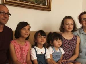 O familie din Mitocu Dragomirnei a adoptat trei fetiţe, două dintre ele surori