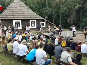 """Trupa Corbu s-a simţit """"ca-n Rai"""" la Muzeul Satului Bucovinean"""