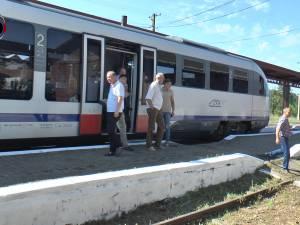 """Trenul """"Săgeata albastră"""" a ajuns la Putna, după şase ani de la închiderea liniei"""