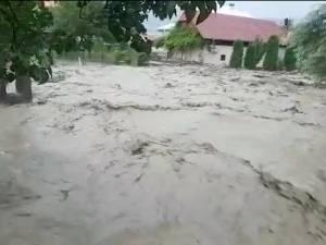 Mașini luate de ape, gospodării inundate, drumuri și calea ferată blocate de aluviuni, în urma ploilor torențiale de miercuri
