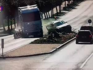 Un copilaş a scăpat teafăr după ce a fost aruncat prin portiera unei maşini lovite violent de un tir
