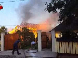 Incendiu foarte violent într-o gospodărie din Marginea