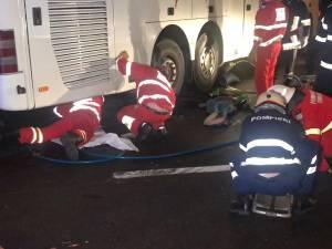 Doi tineri pe motocicletă au murit sub roțile unui autocar, într-o intersecție din Suceava. Video cu accidentul