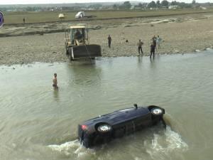 A căzut cu mașina în râul Suceava