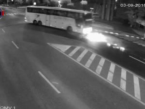 Doi tineri pe motocicletă au murit sub roţile unui autocar, într-un accident ca-n filmele de groază