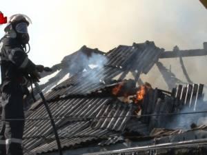 Un incendiu a afectat un atelier auto și o hală din cartierul Burdujeni