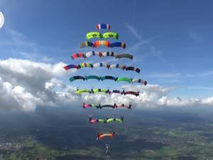 Doi suceveni în echipa care a stabilit recordul european pentru cea mai mare formaţiune de paraşute
