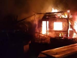 Un puternic incendiu a distrus o gospodărie în localitatea Găineşti