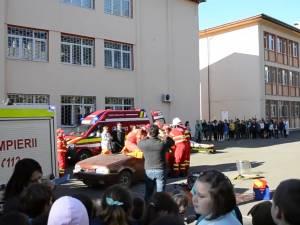 Exerciţiu demonstrativ de descarcerare şi dezbateri privind educaţia rutieră, la Şcoala Nr. 1 Suceava