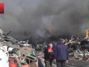 Incendiu puternic la un centru de dezmembrări din Burdujeni