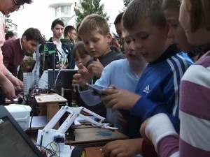 """Tineri entuziaşti, inovaţii şi experimente pentru toate vârstele, la """"Noaptea cercetătorilor"""""""
