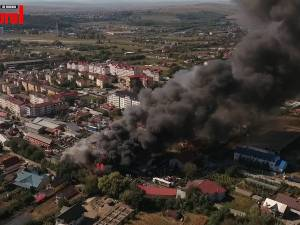 Un incendiu de proporţii a făcut pagube mari la un depozit de fier vechi din Burdujeni