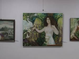 47 de tablouri semnate de artistul plastic Camelia Rusu Sadovei, expuse la Muzeul Bucovinei
