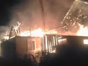 Incendiu de mari proporții, la Cajvana, provocat intenționat