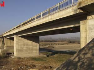 Semnal de alarmă tras de locuitorii din Liteni, care se plâng de starea jalnică a podului peste râul Suceava