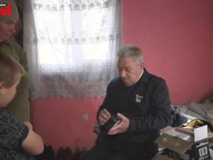 Un englez a scos din beznă cinci familii cu 13 copii, care trăiau fără curent electric la doi pași de Suceava
