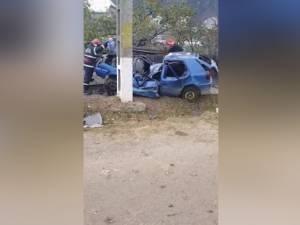 Un tânăr mort, altul rănit, după ce o mașina a intrat într-un stâlp
