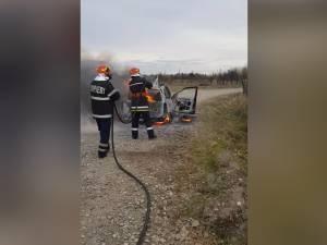 Mașină în flăcări de la un scurtcircuit