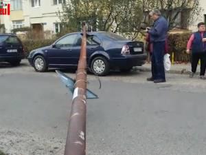 Un angajat de la un distribuitor de internet a căzut cu tot cu un stâlp peste o maşină