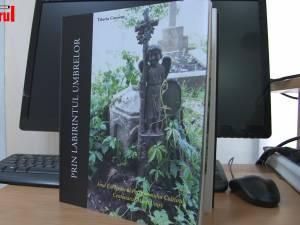 """Albumul """"Prin labirintul umbrelor"""" de Tiberiu Cosovan, lansat ieri la Biblioteca Bucovinei """"I.G. Sbiera"""""""