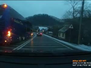 """Şofer de autocar, filmat în timp ce depăşeşte în orb, în """"curba morţii"""" de la Prisaca Dornei"""