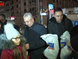 Moş Crăciun a venit încărcat cu mii de cadouri în centrul Sucevei