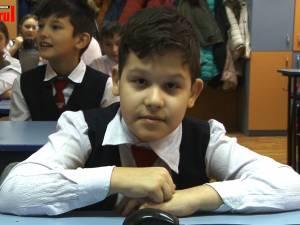 Un copil în vârstă de 11 ani, din Gura Humorului, care nu poate merge singur, are nevoie urgent de bani pentru a se trata la o clinică din Germania