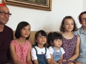 O familie de suceveni a adoptat trei fetiţe abandonate