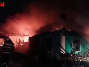 O femeie a murit într-un atac de panică, iar un bătrân a fost găsit fără suflare în casa cuprinsă de flăcări, în două incendii produse în timpul nopţii