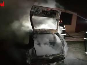 Un autoturism a fost distrus de flăcări, pe un drum din Boroaia