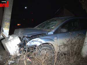 Un copil de 14 ani, aflat la volan, s-a izbit într-o maşină de poliţie în timp ce era urmărit